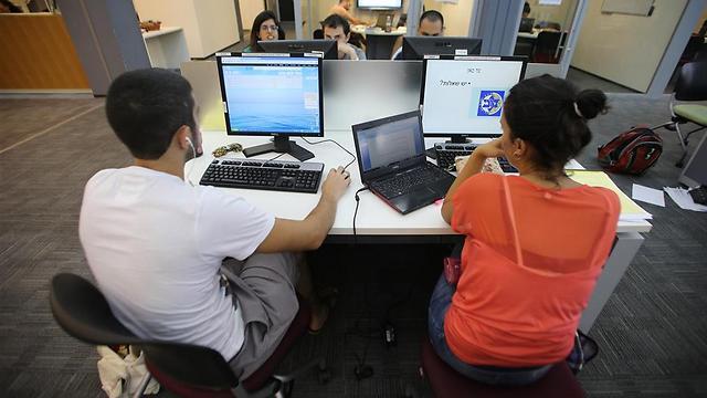 סטודנטים נבחנים באוניברסיטת תל אביב (צילום: ירון ברנר) (צילום: ירון ברנר)