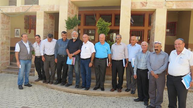 ועדת הכנסת במהלך הביקור בבית ג'אן (צילום: חסן שעלאן)