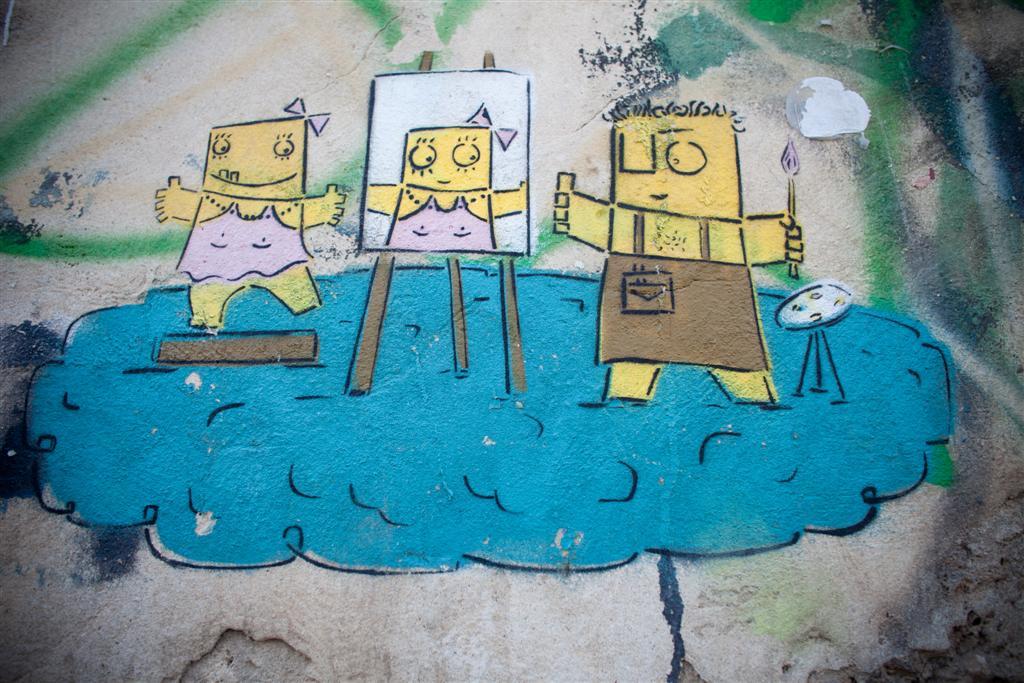 """ה""""קופסונים:"""" מין דמויות מרובעות קטנות (צילום: אילן ספירא)"""
