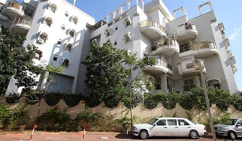 רחוב משה דיין 46 בחולון. דירה ב-1.2 מיליון (צילום: ירון ברנר)