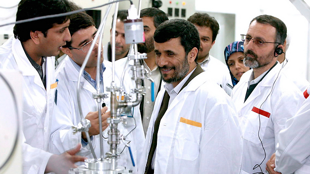 Ahmadinejad in Natanz reactor (Photo: EPA)
