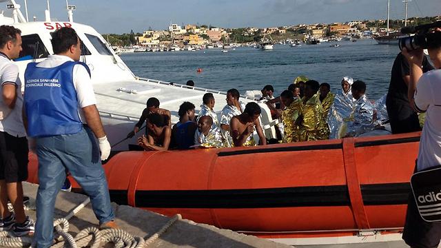 רק באוקטובר טבעו למוות 359 פליטים אפריקנים מול חופי האי האיטלקי למפדוזה (צילום: AP) (צילום: AP)