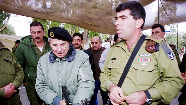 """גבי אשכנזי ומפקד צד""""ל הגנרל אנטואן לאחד (צילום: אביהו שפירא)"""