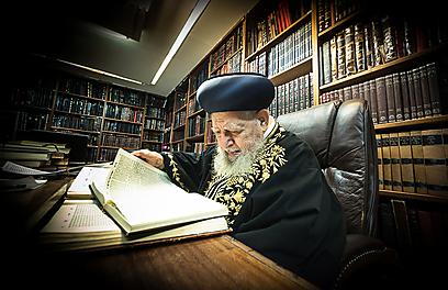 """הגדיר עצמו כ""""רב של בית הלל"""". הרב עובדיה יוסף בחדרו (צילום: ישראל ברדוגו)"""
