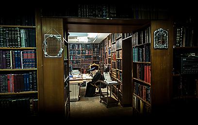 """""""הרב עובדיה מייצג את ההבדל שבין פוסק מקומי שמשפיע רק על מקומו ועל זמנו, לבין פוסק שמשפיע על ההיסטוריה של ההלכה"""" (צילום: ישראל ברדוגו)"""