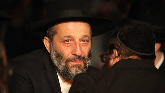 Aryeh Deri at Rabbi Yosef's funeral (Photo: Gil Yohanan)