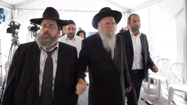 הרב הראשי לישראל לשעבר, בקשי דורון, (מימין) מגיע מסוכת האבלים (צילום: אוהד צויגנברג) (צילום: אוהד צויגנברג)