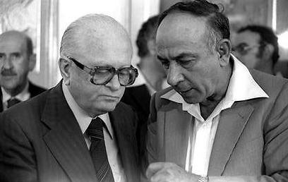 """יגאל הורביץ (מימין) ושמחה ארליך, 1979 (צילום: חנניה הרמן, לע""""מ) (צילום: חנניה הרמן, לע"""