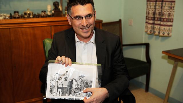 """כשהייתי ילד. מחזיק תמונה של חגיגת ל""""ג בעומר (צילום: פלאש 90) (צילום: פלאש 90)"""