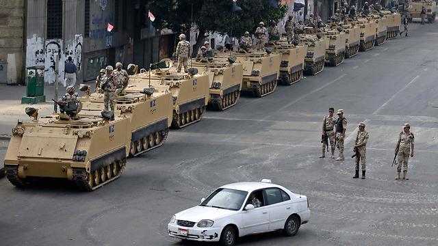צבא מצרים ברחובות קהיר (צילום: AP) (צילום: AP)