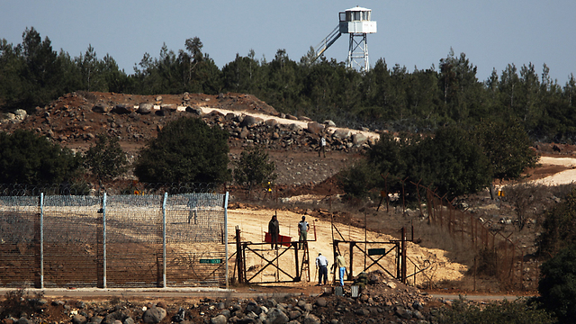 Wounded Syrian refugees cross into Israel (Photo: EPA)