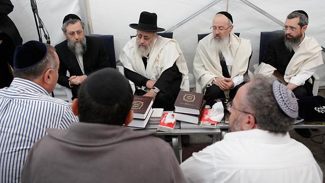 בניו של הרב יוסף מקבלים מנחמים (צילום: אמיר לוי) (צילום: אמיר לוי)