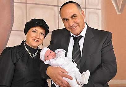 """""""בדיוק שנה אחרי הברכה, לאחר 30 שנות עקרות, ערכנו מסיבת הודיה להודיה"""". יעל יחזקאל עם בעלה ובתה ()"""