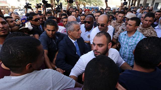זיידאן מגיע למשרדי הממשלה בטריפולי לאחר שחרורו (צילום: AFP) (צילום: AFP)