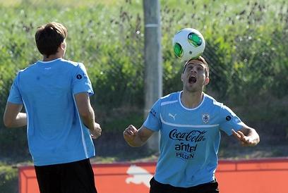 סבסטיאן אגורן מאורוגוואי מלהטט באימון (צילום: AFP) (צילום: AFP)