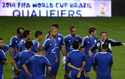 גוטמן ושחקני הנבחרת באימון המסכם בליסבון (צילום: AFP) (צילום: AFP)
