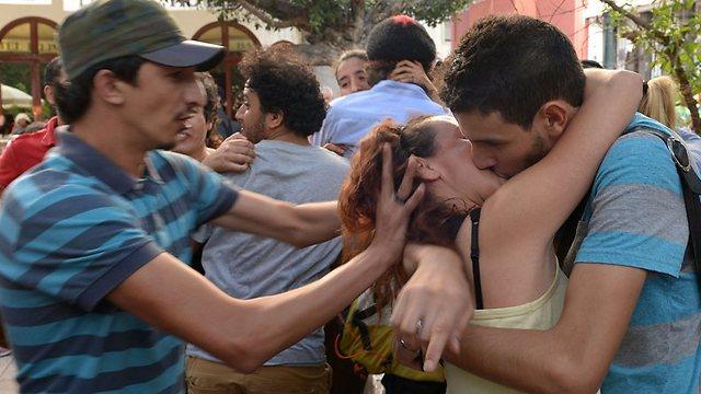 ומתנשקים (צילום: AFP) (צילום: AFP)