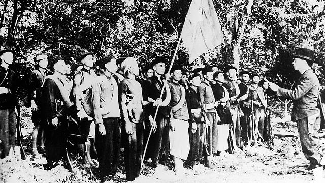 """גיאפ מקריא את הפקודה הראשונה ל""""צבא התעמולה לשחרור וייטנאם"""" בדצמבר 1944 (צילום: AP) (צילום: AP)"""