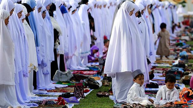 מתפללות מוסלמיות במחוז יאלה שבדרום תאילנד בחג הקורבן (צילום: רויטרס) (צילום: רויטרס)