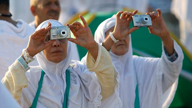 חג' 2.0. עולות רגל מאלג'יריה מצלמות למזכרת (צילום: AP) (צילום: AP)