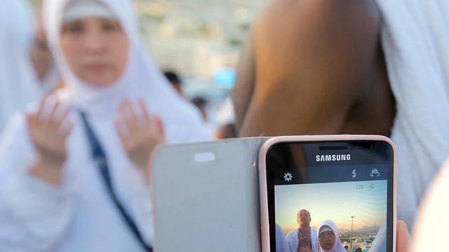 עולה לרגל מאינדונזיה מצטלמת בסעודיה (צילום: AP) (צילום: AP)