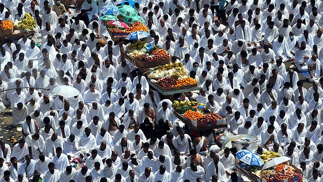 נושאים פירות למתפללים במסגד (צילום: AFP) (צילום: AFP)