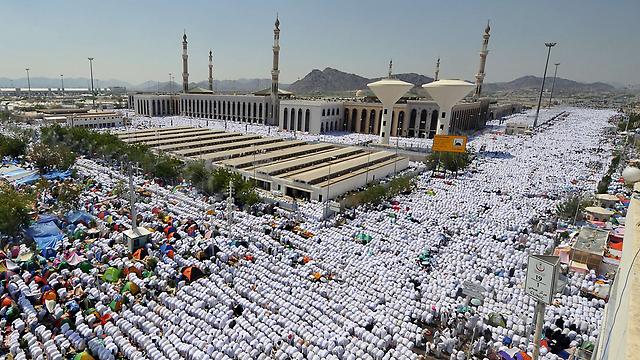 המוני מוסלמים מתפללים במסגד נמירה שליד הר ערפאת (צילום: AFP) (צילום: AFP)