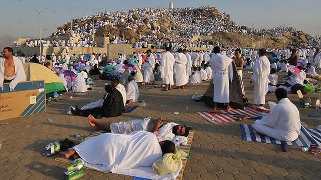 מתפללים נחים למרגלות הר ערפאת (צילום: AFP) (צילום: AFP)