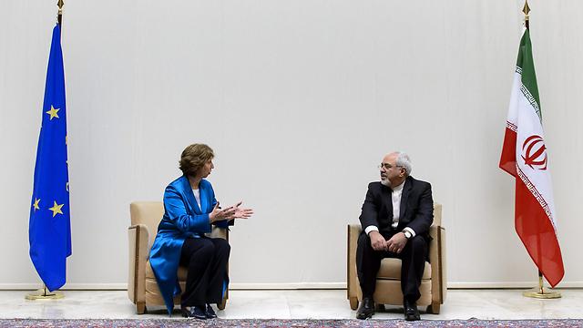 EU foreign policy chief Ashton with Iranian counterpart in Geneva (Photo: EPA)