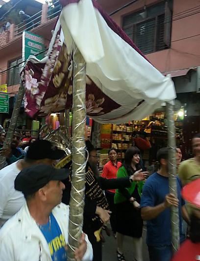 """כל כך הרבה מטיילים נאספים בבית חב""""ד בתלבושות ססגוניות. הבלונים משקיפים מלמעלה, והליצנים מחייכים אליהם מן הקירות (צילום: באדיבות בית חב""""ד קטמנדו) (צילום: באדיבות בית חב"""