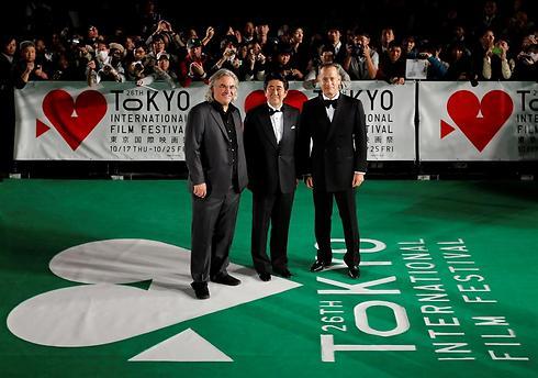 טום הנקס, פול גרינגראס וראש ממשלת יפן על השטיח הירוק (צילום: רויטרס) (צילום: רויטרס)