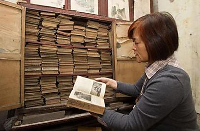 """""""הנטל של משפחת לין יוסר מכתפיי אחרי שאחזיר את הספרים היקרים לבעליהם"""". פאן לו השבוע (צילום: english.eastday.com) (צילום: english.eastday.com)"""