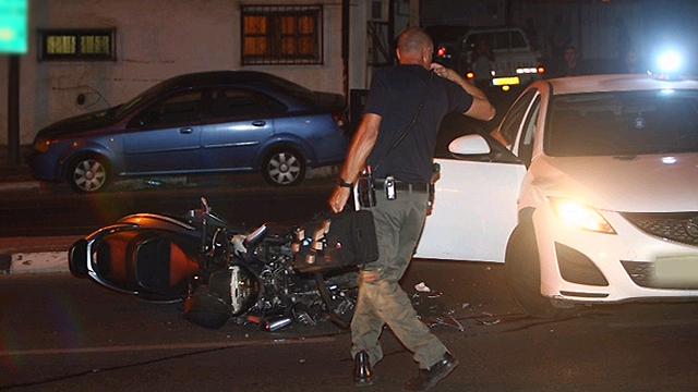 """האופנוע אחרי שהתנגש במאזדה של היאחב""""ל (צילום: מוטי קמחי) (צילום: מוטי קמחי)"""