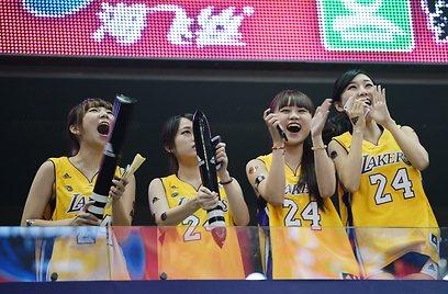 המעריצות של קובי בסין (צילום: AFP) (צילום: AFP)
