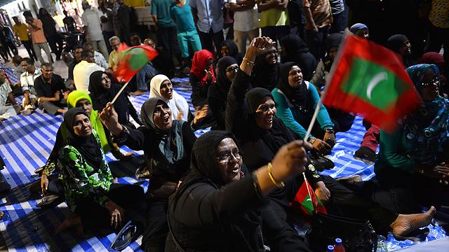תומכיו של נאשיד עורכים שביתת שבת בבירה מאלה (צילום: AFP) (צילום: AFP)