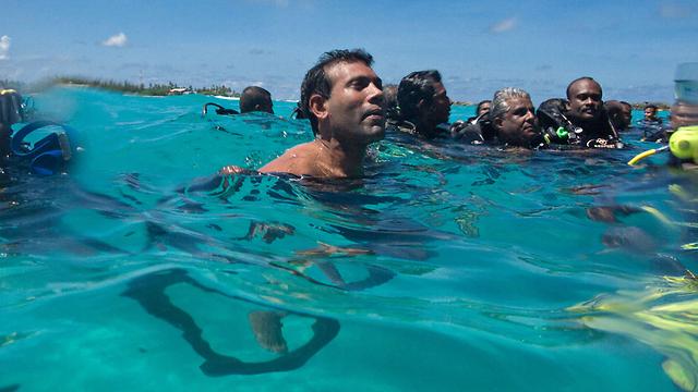 ישיבת הממשלה המפורסמת של נאשיד מתחת למים ב-2009 (צילום: AFP PHOTO/MALDIVES PRESIDENCY/MAUROOF KHALEEL ) (צילום: AFP PHOTO/MALDIVES PRESIDENCY/MAUROOF KHALEEL )