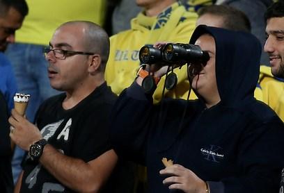 אוהד מכבי מנסה לראות באופק את שאר הקבוצות בליגה (צילום: ראובן שוורץ) (צילום: ראובן שוורץ)