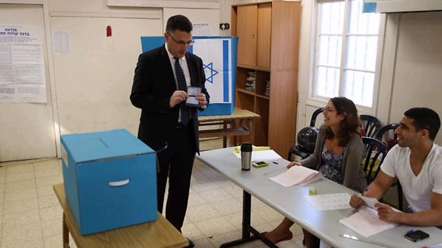 שר הפנים סער. דיווח על אחוזי הצבעה נמוכים (צילום: מוטי קמחי ) (צילום: מוטי קמחי )