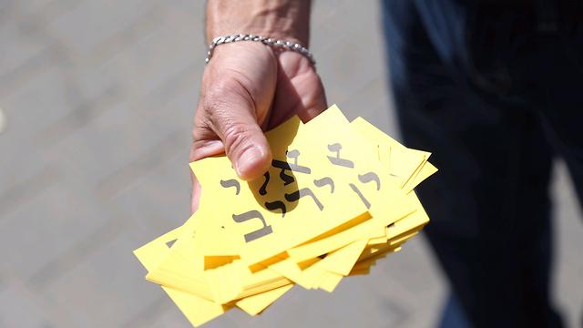 פתקים של המועמד השני בבת ים, אלי יריב (צילום: מוטי קמחי) (צילום: מוטי קמחי)