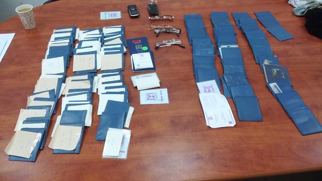 תעודות זהות מזויפות שנתפסו בבית שמש (צילום: משטרת מחוז ירושלים) (צילום: משטרת מחוז ירושלים)