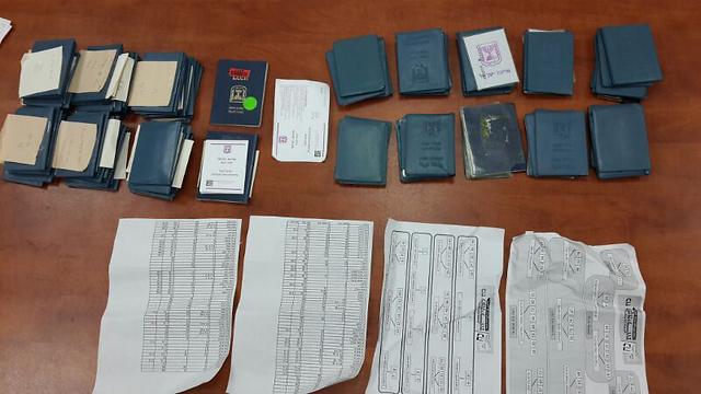תעודות הזהות שנתפסו (צילום: משטרת מחוז ירושלים)
