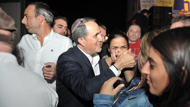 יחיאל לסרי חוגג את בחירתו שוב לראש העיר אשדוד (צילום: אבי רוקח) (צילום: אבי רוקח)