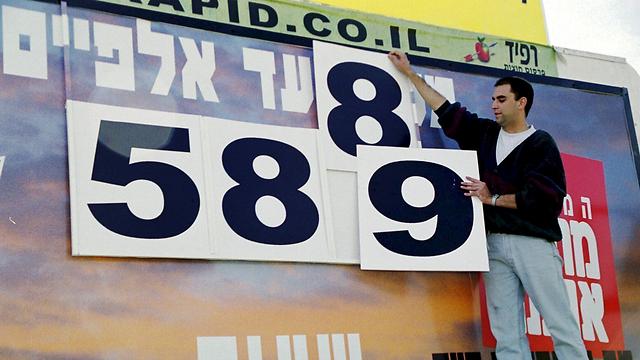 יאיר רביבו על שלט המילניום בצומת גלילות (צילום: צביקה טישלר) (צילום: צביקה טישלר)
