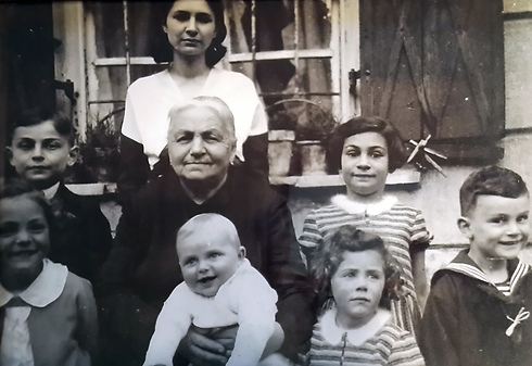 משפחת נבל ייושבת בכניסה לבית. רות היא השמאלית התחתונה ()