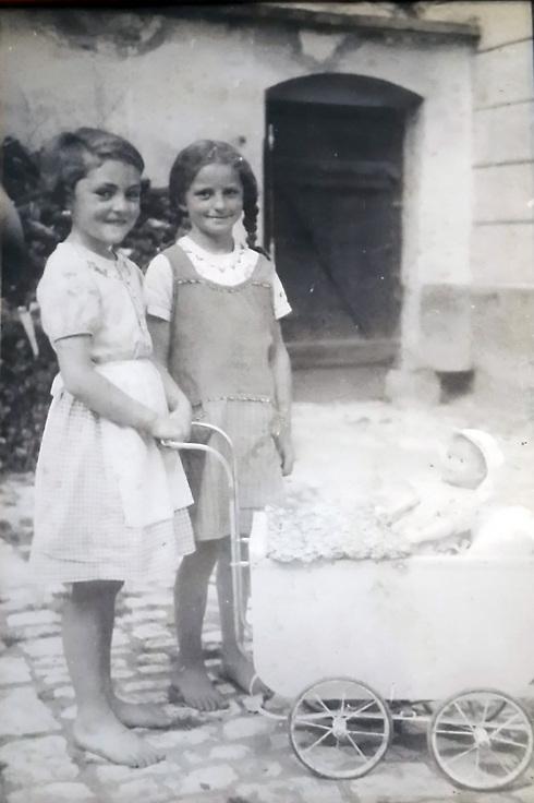 משמאל, רות נבל עם חברה בתוך חצר הבית, שנות ה-30 ()
