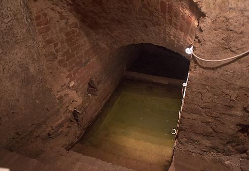 המרתף מופיע בתיאור הבית כמעיין או מזרקה אך לנו ברור כי מדובר במקווה ()