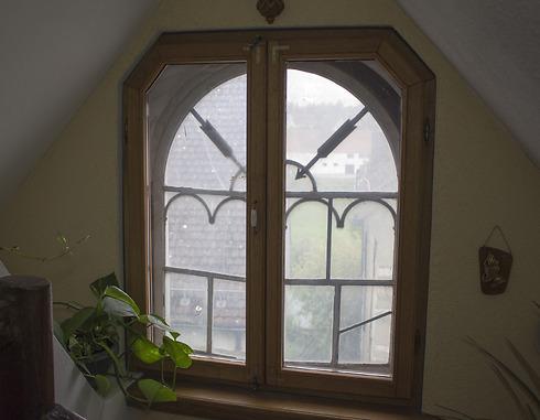 חלון החדר ב-Laubhutte - סוכה המובנית בתוך הבית (צילום: שחר שושן) (צילום: שחר שושן)