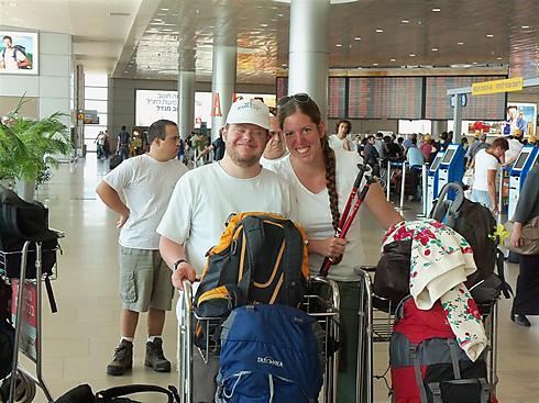 אסנת ואריה בשדה התעופה - יוצאים לדרך (צילום: רעואל קסל ואנוש קסל) (צילום: רעואל קסל ואנוש קסל)
