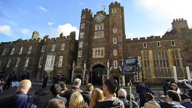 כלי התקשורת מתגודדים מחוץ לארמון שבו נערך הטקס (צילום: גטי אימג'בנק) (צילום: גטי אימג'בנק)