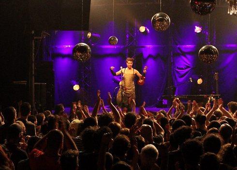 הנה היא באה. אמנדה פאלמר על הבמה בבארבי (צילומים: עידו ארז) (צילום: עידו ארז)